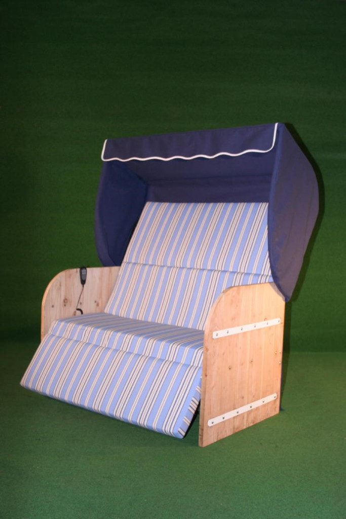 Elektrische strandkorf srandkorb met steigerhouten zijpanelen een blauwe kap een blauw gestreept matras en witte inleg
