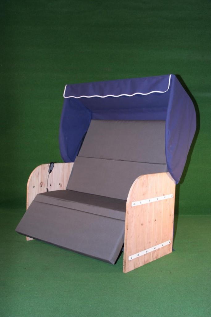 Elektrische strandkorf strandkorb met steigerhouten zijpanelen een blauwe kap een antraciet matras en witte inleg