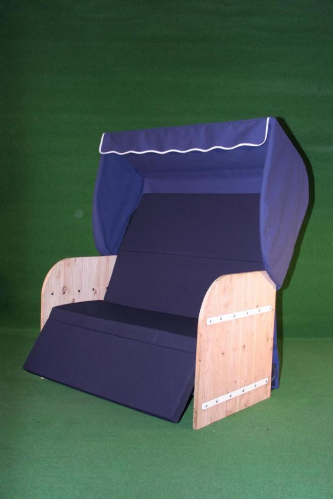 Elektrische strandkorf strandkorb met steigerhouten zijpanelen een blauwe kap een aubergine matras en witte inleg