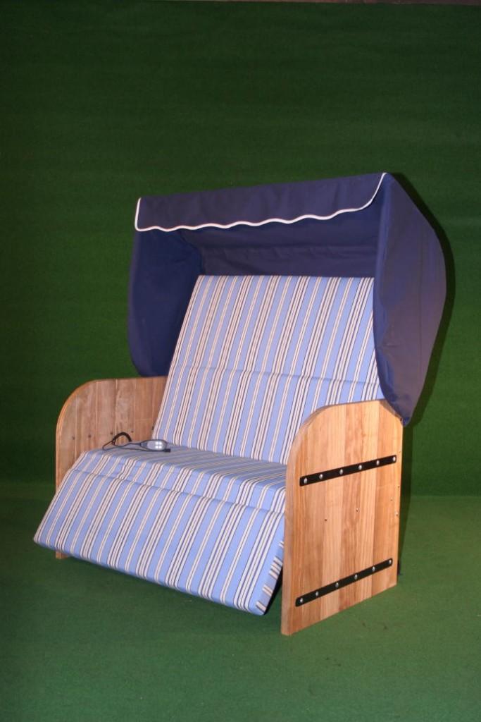 Elektrische Strandkorf Strandkorb met Bamboe houten zijpanelen een blauwe kap een blauw gestreepte matras en zwarte inleg