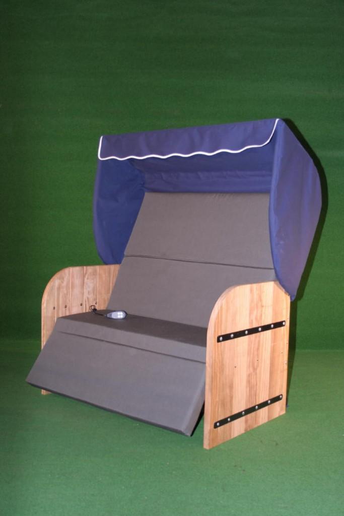 Elektrische Strandkorf Strandkorb met Bamboe houten zijpanelen een blauwe kap een antraciet matras en zwarte inleg