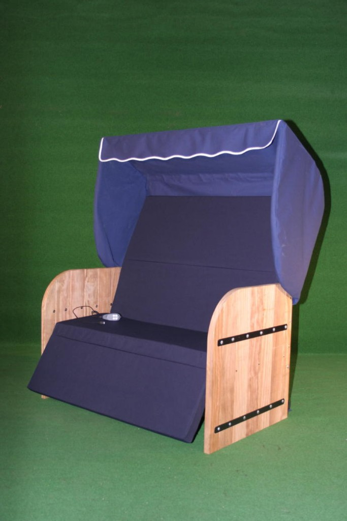 Elektrische Strandkorf Strandkorb met Bamboe houten zijpanelen een blauwe kap een aubergine matras en zwarte inleg