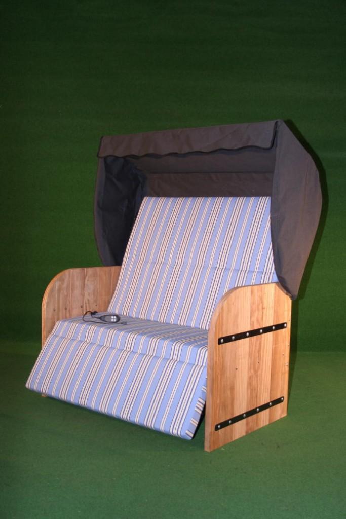 Elektrische Strandkorf Strandkorb met Bamboe houten zijpanelen een antraciet grijze kap een blauw gestreepte matras en zwarte inleg