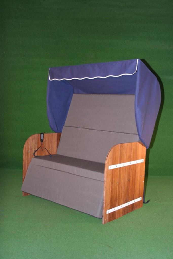 Elektrische Strandkorf Strandkorb met bamboe zijpanelen een blauwe kap een antraciet grijze matras en witte inleg